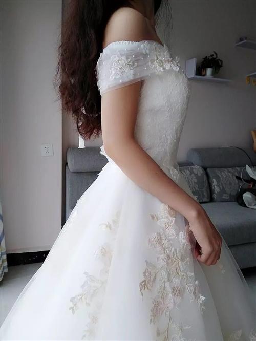 出售婚纱秀禾服,全新哦!婚纱买的时候800多,秀禾服带头饰买的时候 500多,现在都低价出售