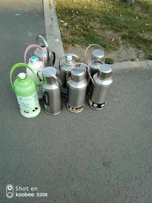 大学生毕业带不走的不锈钢暖壶。