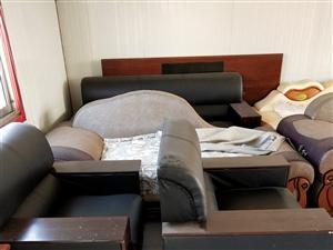 有三套八成新沙发,货架,裁剪用案板,收纳柜处理。