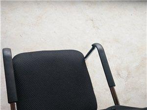 出售两把自用的椅子和两张老式的办公桌。 电话16671082084