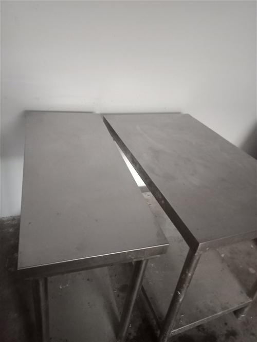 因不干小吃店了,处理两张不锈钢操作台,剁骨头啥的都没问题,加厚,两张300元处理。