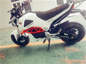 出售准新摩托车一部,望江大公仔,适合上下班代步,今年四月买的,新车6700买的官网7300后加装防摔...