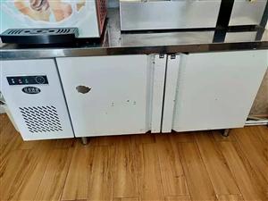 现有冷藏和冷冻一体的操作台转让。价格面议。有需要的朋友赶紧Call我吧!电话18181298602