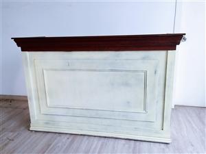 低价出售8-9成新欧式复古烤漆收银台一个,尺寸1.5米x48cmx98cm,只需500元,交易地点递...