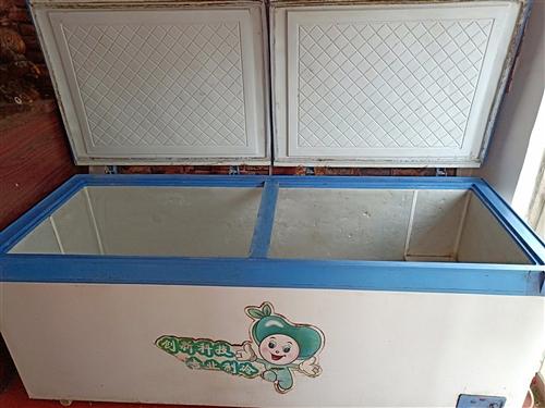 小吃店不干了,因搬家原因,有两米长冰柜出售,个人一手冰柜,用了不到一年,制冷效果很好!有需要的老板联...