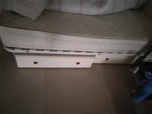 乔司镇云家桥    一个床垫。一张床,两个大抽屉,