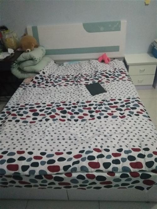 150×200实木床,外带床垫,两个床头柜,1500入手,有意者联系