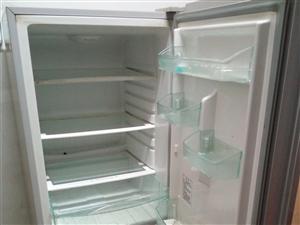 海尔冰箱9成新,省电好用,冷藏效果好,现低价出售,有需要请速速联系!