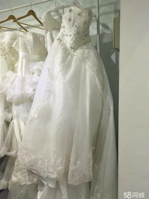 转让婚纱,后面是绑带设计,有1.2米拖尾,有头纱和头饰,婚礼现场穿过2个小时,然后就闲置了