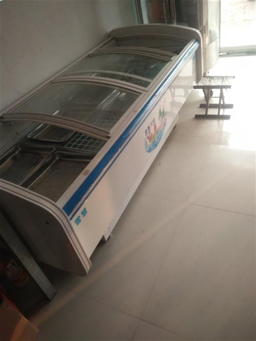 开肉食店的现有展示柜,冰柜,烤鸭炉,绞肉机,展示架,柜台,桌子,桶祸等东西,都是九成新,可先看东西。