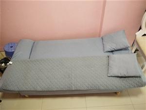 折叠沙发,可睡可坐,因地方太小,后悔了二手处理价700元直接拉走。