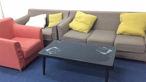 九成新沙發,辦公桌椅出售,帶房屋出租,三間房。北區華爾街。