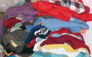 您家有旧衣服鞋子包包吗,不要再扔了,我公司现大量高价回收旧衣物,并找寻愿意从事这个行业的代理商,旧衣...