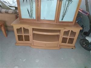 优质实木家具:双人大木床带床箱带床垫带床头柜五百元,沙发三百元,实木茶几,书橱。
