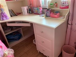 出售95成新书桌,基本没怎么用过,现在摆家里占位置,想处理了,价格详谈,联系电话1512638799...