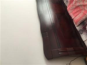 本人出售一张1米8的实木床、床垫及床头柜面议电话13635561335