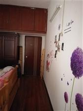 经主人多次精心设计改造在,已经达到了3室,2房2厅120方的面积。墙壁、地板经过精心设计,全新的