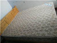 两张床和桌子都是实木的。热水器是惠而浦的(性能完好),500元处理。带床垫的原木床(1.8米)和衣柜...