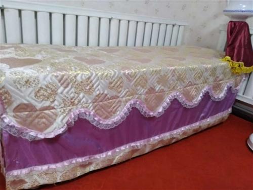 出售美容床两张,带床上用品300元,九成新。聊系电话13833384300