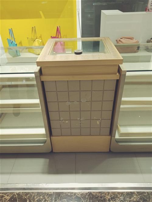 一组高档货柜,八成新,质量好,可用做货品显示。