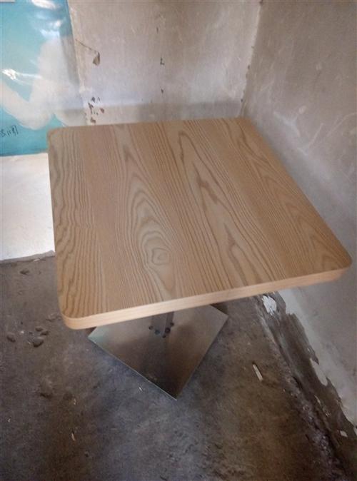 冷饮店不干了,所有的沙发,桌椅处理了。沙发每个200元,桌子100元,椅子五十元。总计有二十余件欢迎...