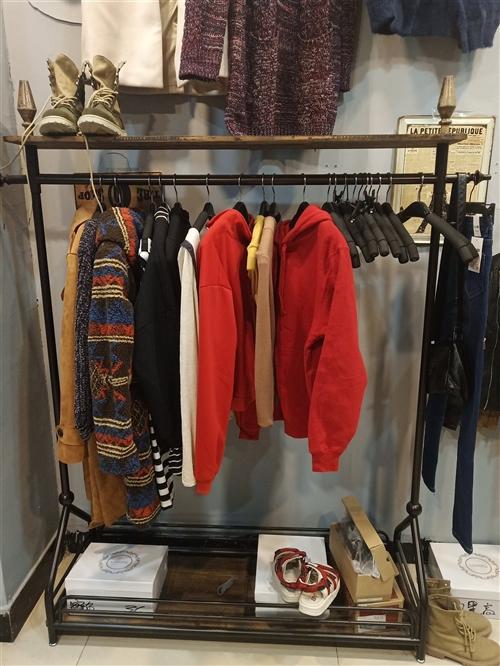 衣服架子  柜子   都便宜出 。 地址在天金商城