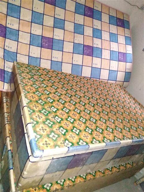 优质实木家具:双人大木床带床箱带床垫带床头柜500元,茶几,书橱。