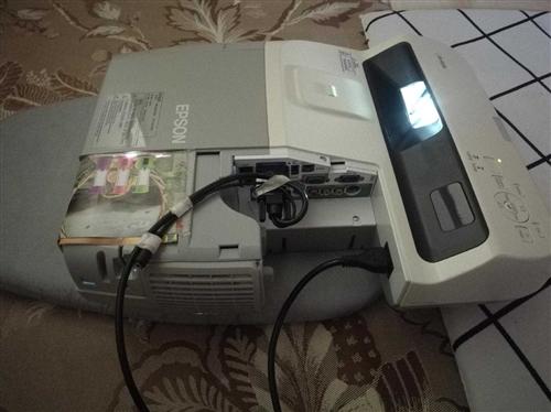 爱普生投影仪eb-450w短焦反射高清投影机,分辨率1280×800,支持1080p电影播放。250...