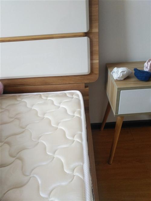 品牌实木床1米5/1米9  9成心新。刚买半年不到。床垫子是防震颤的。