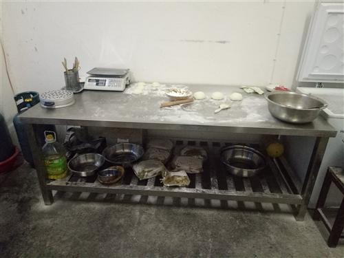 現有不銹鋼操作臺兩張,大容量冰柜一臺(海爾318升),均為九成新。