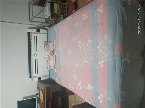 1.3*2米床,九成新,带垫子,床板液压杆升降,便于床底储物。价格面议!结实耐用,租房者的首选,关键...