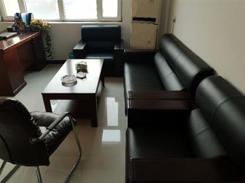 沙发一套,茶几一张。原价1860元,现处理800元,不送货。