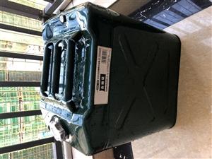 澳门正规网上博彩一个30L油桶,之前自驾游买的就用过一次,现在卖掉,有需要的联系。