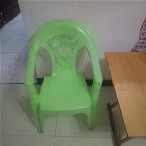 桌椅9诚信,结实耐用,椅子26桌子40元,椅子有20多张桌子有6张