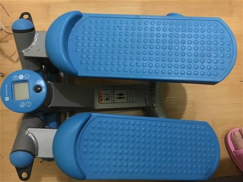 踏步机,在银泰城迪卡侬买的,大概两年了吧,没怎么玩,膝盖受伤不能使用踏步机,转手送人都行,不负责送货...