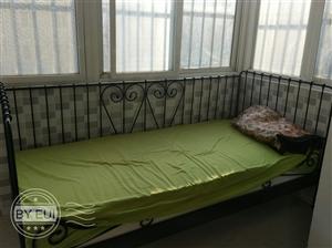 出售铁艺沙发床一个,400元,自取,地址:华海明珠小区,有需要的联系我