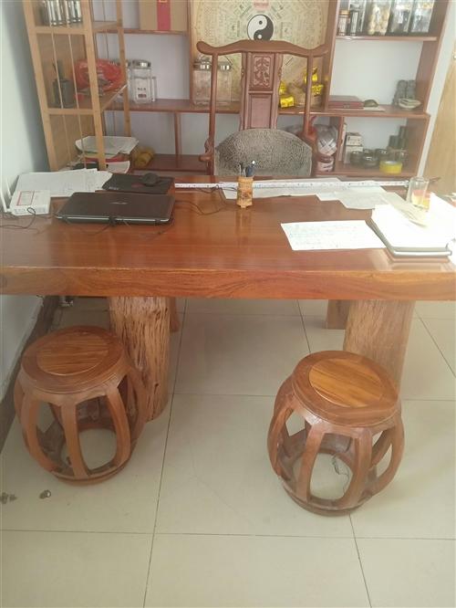 红木大板加厚板,10公分厚,87公分宽,1700长。主椅大官帽花梨的,四把圆凳。相中后再议价。用了不...
