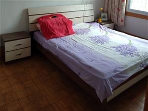 木板双人大新床,两米二长,一米八宽,两个床头的,带垫子,买了一直闲置,搬家处理了。四千八买的。