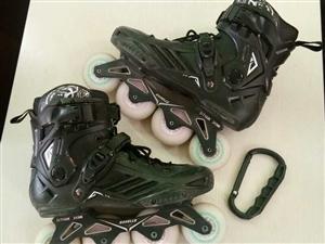 闲置轮滑鞋两双,一时兴起450淘宝入手,因工作调动去外地不方便携带所以出手,外壳几乎全新,就玩了两次...
