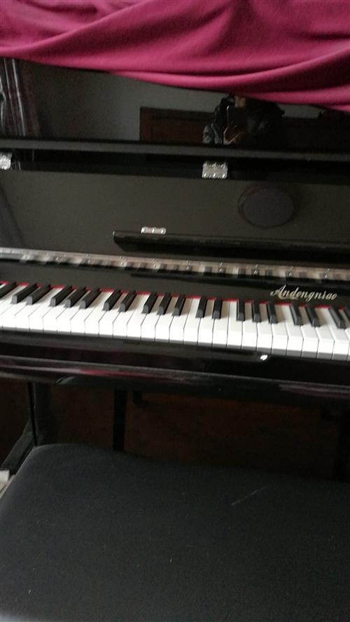 钢琴,9成新。女儿过钢琴八级时买的。过级后,爱上画画,钢琴一直闲置。现上大学。想处理。有需要的人请联...