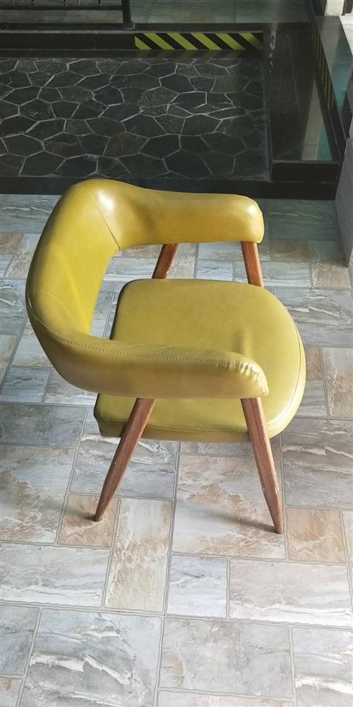 現有椅子,全新和9成新的都有,特價出售,餐廳和家里都可以使用。(價格面議,量大從優)歡迎電話咨詢