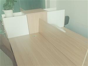 八成新办公桌,四人位。原价2200现在1500出售,送4把椅子,加一个办公桌。