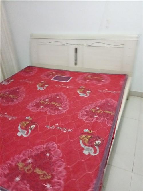 因搬家转让九成新家具,有实木床、衣橱,电脑桌,茶几等。13371317959