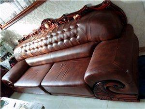 房子太小,想把刚买一年多一万元的一套三组的沙发低价出售,有意联系