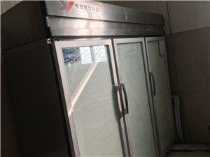 烘焙店三开门冷藏柜转让,质量很好,很干净正常使用中。还有一个海尔冷冻冰箱。