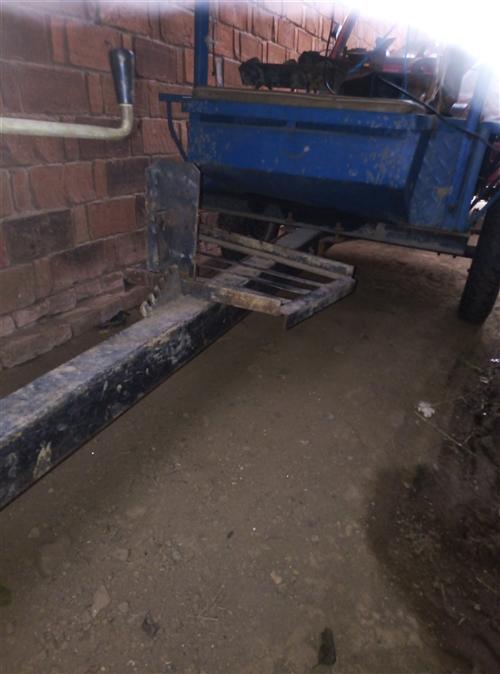 出售一臺微耕機拖箱,九成新,有需要的電話聯系,價格面議
