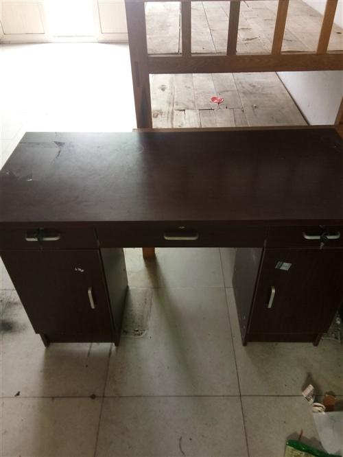 辦公桌,單人床3個,貨架4個,有需要的聯系