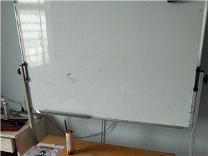 低价银河国际注册九成新:桌子4张,圆凳子8个,移动黑板1个。