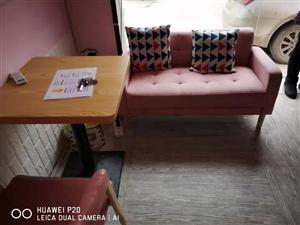 奶茶店桌椅,六把椅子,两个桌子,不包括沙发。800转卖