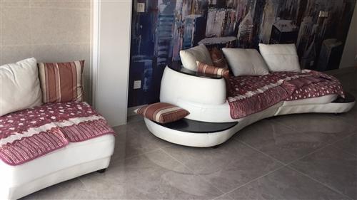 真皮弧形沙发,原价五千多,现在800处理,搬家了,感觉跟装修风格不搭,七成新,五人大沙发。捡漏的搞快...